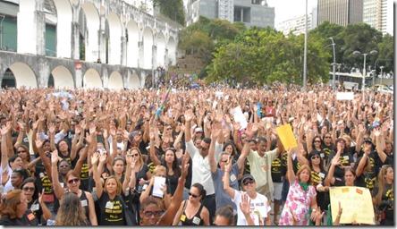 3set2013---os-professores-da-rede-municipal-de-ensino-do-rio-de-janeiro-decidiram-na-tarde-desta-terca-feira-3-continuar-em-greve-por-melhores-condicoes-de-trabalho-em-assembleia-os-profissionais-1378240933505_