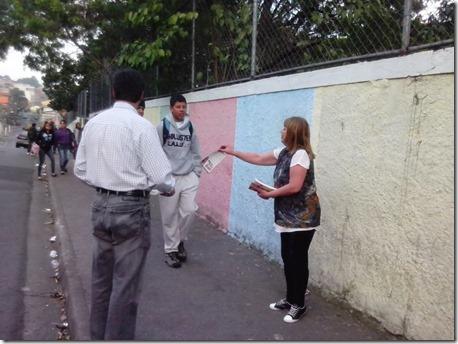 Panfletagem na escola Almeida Junior com a professora Zeiner (1)