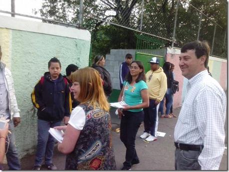 Panfletagem na escola Almeida Junior com a professora Zeiner (3)