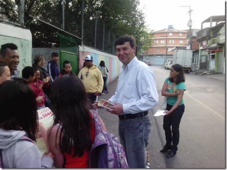 Panfletagem na escola Almeida Junior com a professora Zeiner (5)