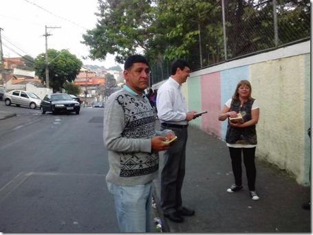 Panfletagem na escola Almeida Junior com a professora Zeiner (7)